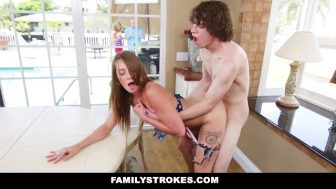 Kız kardeşini mutfak masasında becerdi