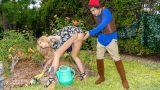 Yarım Akıllı Olgun Komşuyu Bahçede Taciz Ederek Azdırıyor